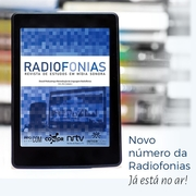 """A imagem é um anúncio da nova edição da Radiofonias – Revista de Estudos em Mídia Sonora. Nela há um leitor digital, que mostra a capa da revista, e a chamada """"Novo número da Radiofonias está no ar""""."""